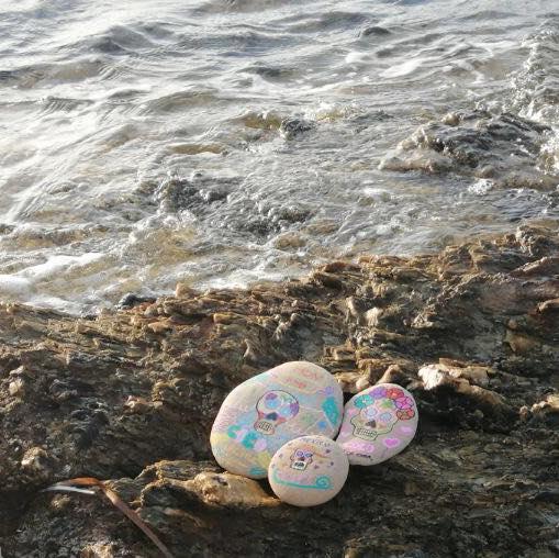 Des galets colorés pour rendre hommage à son enfant